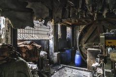 Кожаная фабрика в трущобе dharavi в bombay стоковые изображения rf