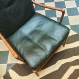 Кожаное кресло в ретро интерьере стиля стоковое фото