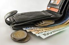 Кожаное men& x27; бумажник s открытый с счетами, монетками и c банкнот евро Стоковые Фотографии RF