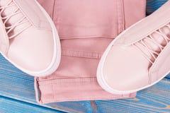 Кожаные ботинки и брюки для женщины на старых досках стоковое фото