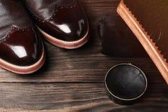 Кожаные ботинки на таблице с полируя оборудованием Мода handmade воск стоковые фотографии rf