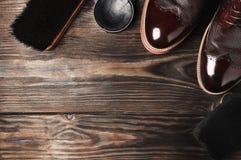 Кожаные ботинки на таблице с полируя оборудованием Мода handmade воск стоковое фото