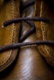 кожаные ботинки шнуруя крупный план Стоковое Фото