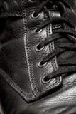 кожаные ботинки шнуруя крупный план Стоковое Изображение RF