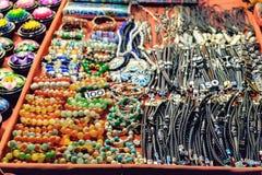 Кожаные браслеты, ожерелья и другие сувениры на рынке ночи Стоковые Фото