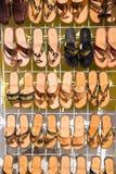 Кожаные женские тапочки, темповые сальто сальто на магазине стоят, Cozumel, Мексика Стоковые Фото