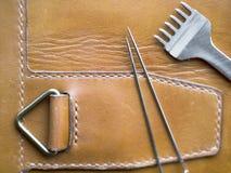 Кожаные инструменты мастера дальше загорают кожу шить линия Кожаное ремесло и handmade концепция стоковая фотография