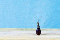 Кожаные инструменты ремесла на деревянной предпосылке Кожаный стол работы craftmans Часть тайника и работая handmade инструментов Стоковое Изображение