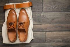 Кожаные коричневые ботинки и брюки стоковая фотография