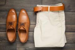 Кожаные коричневые ботинки и брюки стоковые фотографии rf