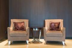 Кожаные кресло и журнальный стол в лобби на гостинице Внутренний De Стоковое Изображение