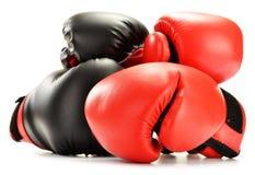 4 кожаных перчатки бокса на белизне Стоковые Изображения