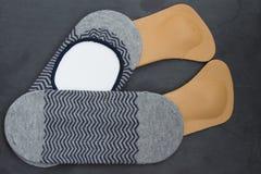Кожаные протезные insoles с носками камень предпосылки детальный реальный очень верхняя часть соперничает Стоковая Фотография RF