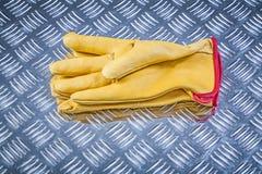 Кожаные работая перчатки на рифлёной конструкции co металлического листа Стоковое Фото