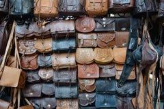 Кожаные сумки вися для продажи Стоковое фото RF