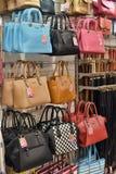 Кожаные сумки в магазине Стоковые Фотографии RF