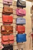 Кожаные сумки в магазине Стоковое Фото