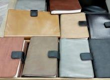 Кожаные тетради крышки на предпосылке полки стоковое фото