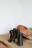 Кожаные шляпа, бинокли и мешковина Стоковое фото RF