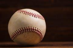 Кожаный бейсбол на деревянном backgorund Стоковое Изображение RF