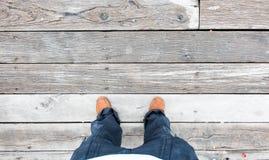 Кожаный ботинок на виде с воздуха на деревянных полах планки Стоковое фото RF