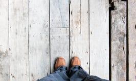 Кожаный ботинок на виде с воздуха на деревянных полах планки Стоковая Фотография