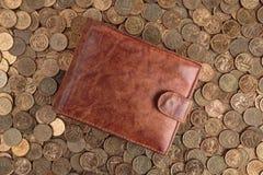 Кожаный бумажник на предпосылке чеканит Стоковое Фото