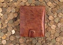 Кожаный бумажник на предпосылке чеканит Стоковые Фотографии RF