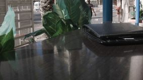 Кожаный бумажник на таблице кафа видеоматериал