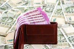 Кожаный бумажник с совершенно новым индейцем 2000 рупий банкнот банкноты 500 рупий в предпосылке стоковые изображения
