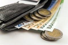 Кожаный бумажник ` s людей открытый с счетами, монетками и c банкнот евро Стоковое Изображение RF
