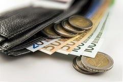 Кожаный бумажник ` s людей открытый с счетами, монетками и c банкнот евро Стоковые Фото
