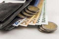 Кожаный бумажник ` s людей открытый с счетами, монетками и c банкнот евро Стоковое фото RF