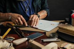 Кожаный мастер товаров и handmade кожаные бумажники Поток операций в мастерской стоковая фотография