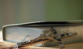 Кожаный молитвенник с серебряными страницами стоковое изображение rf