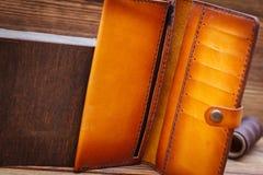 Кожаный опорожните раскрытое портмоне стоковая фотография rf