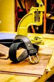 Кожаный пояс мастерской перед сжатиями на таблице Стоковые Изображения RF