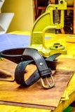 Кожаный пояс мастерской перед сжатиями на таблице Стоковые Фото