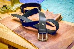 Кожаный пояс мастерской перед сжатиями на таблице Стоковая Фотография RF