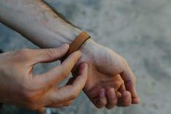 Кожаный ремень на руке стоковое изображение rf