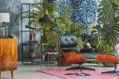 Кожаный стул в винтажном интерьере стоковые фото