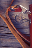 Кожаный случай для старой камеры на деревянной предпосылке Стоковые Изображения RF