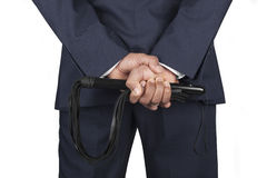Кожаный хлыст держал доминантным мастером в костюме Стоковые Изображения RF