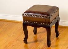 Кожаный footstool на традиционных полах дуба Стоковая Фотография