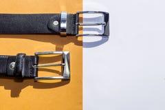 2 кожаных пояса ` s людей на покрашенной предпосылке Стоковая Фотография RF