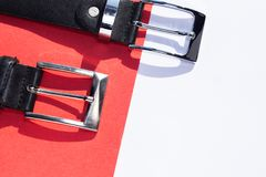 2 кожаных пояса ` s людей на покрашенной предпосылке Стоковая Фотография