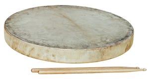 Кожа барабанчика при изолированные stiks Стоковые Фото