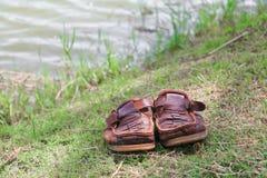 Кожа ботинок Брайна старая на траве Стоковая Фотография RF