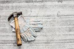 Кожа для перчаток и молоток на конкретном поле Стоковые Фотографии RF