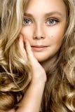 Кожа здоровой девушки кожи молодой белокурой белая отсутствие крупного плана красоты макияжа женского модельного - Obraz стоковые изображения